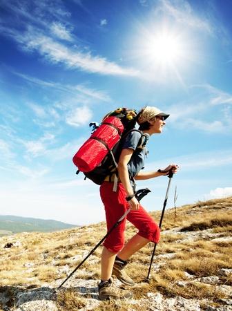 escalando: Chica excursionista Foto de archivo