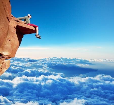 登る: 崖の上の男