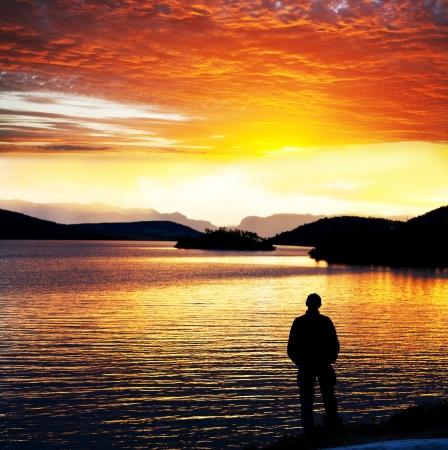 puesta de sol: Puesta del sol escena en el lago