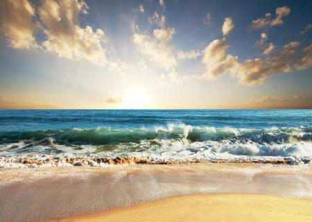 olas de mar: mar la puesta del sol
