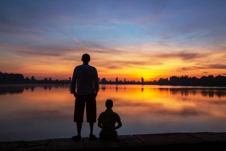 companionship: pareja silueta al atardecer