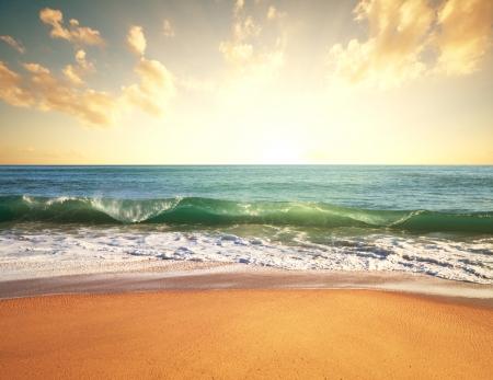 olas de mar: mar puesta de sol