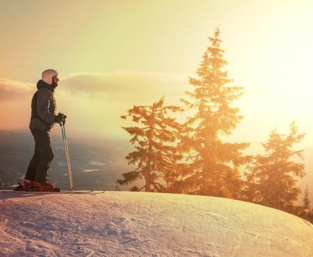 narciarz: Mężczyzna narciarz Zdjęcie Seryjne
