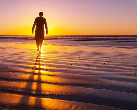 hombre solo: hombre en la playa Foto de archivo