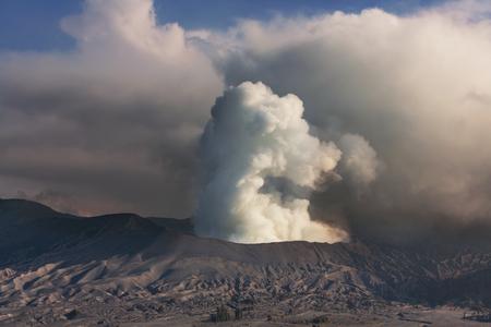 derrumbe: Volcán Bromo en Java, Indonesia