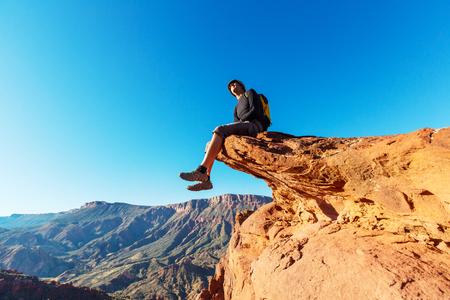 man op de klif