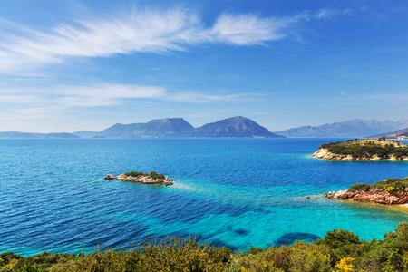 Mooie rotsachtige kustlijn in Griekenland Stockfoto