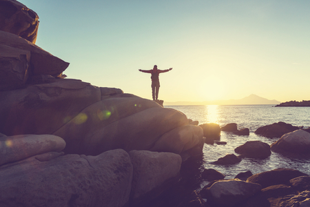 uomo felice: Felice l'uomo in montagna