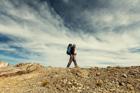 De mens wandelen in de bergen Stockfoto