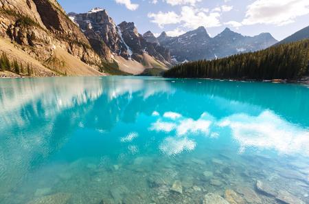national: Beautiful Moraine lake in Banff National park, Canada