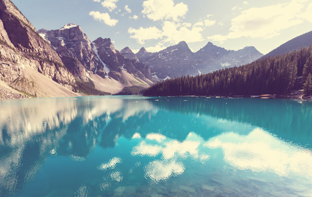 NATURE: Hermoso lago Moraine en el Parque Nacional Banff, Canadá Foto de archivo