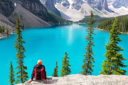 カナダのバンフ国立公園で美しいモレーン湖