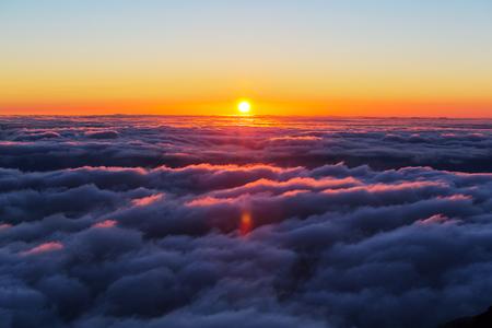 구름 위의 언덕에 아름다운 일몰 스톡 콘텐츠