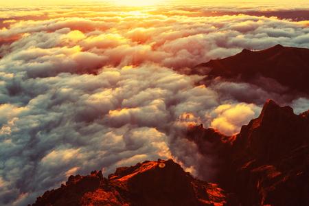 landschap: Prachtige zonsondergang op de heuvel boven de wolken Stockfoto