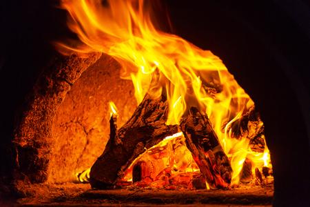 resplandor: Estufa de leña con fuego y llamas
