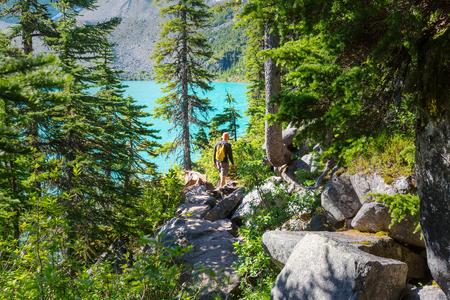 山の中のハイキング男