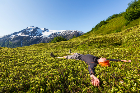 Relaxing backpacker in the mountains. Imagens