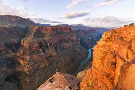 Regenbogen über Grand Canyon Standard-Bild - 48068493