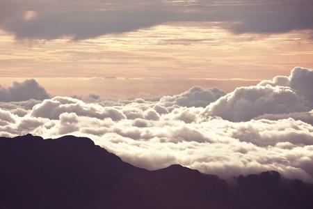 inspiracion: Hermosa puesta de sol en la colina sobre las nubes Foto de archivo