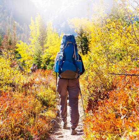 Randonnée dans les montagnes de l'automne Banque d'images - 48643533