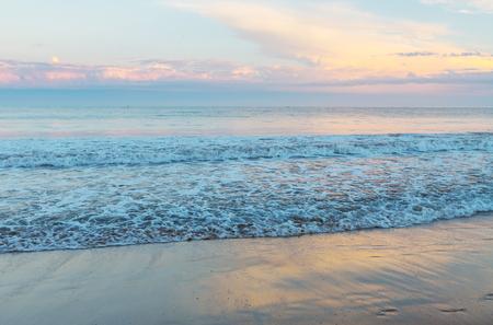 playas tropicales: Puesta del sol escénica en la costa del mar