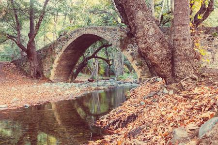 paisaje mediterraneo: puente medieval veneciano en Chipre