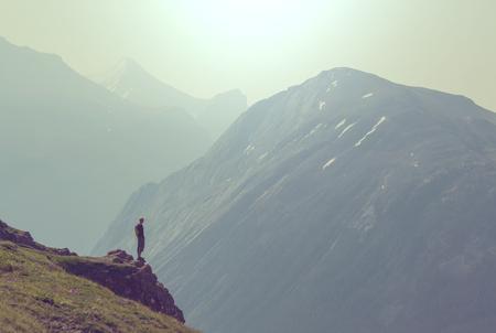 Randonnée homme dans les montagnes Banque d'images - 56848933