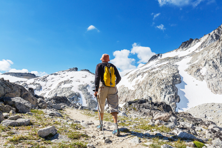 Hiking man in the mountains Banque d'images