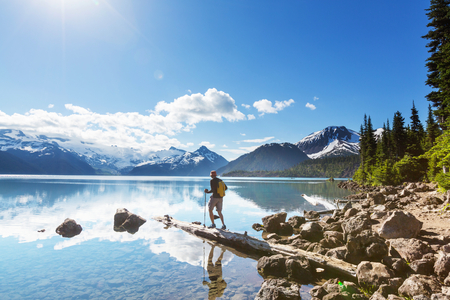 Randonnée à turquoise Garibaldi Lake, près de Whistler, en Colombie-Britannique, Canada. Banque d'images - 64927509