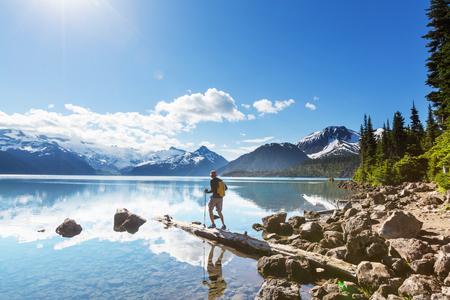 Wandeling naar turquoise Garibaldi Lake in de buurt van Whistler, BC, Canada. Stockfoto