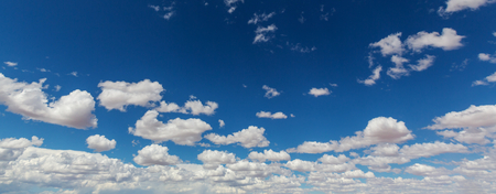 青空: Peaceful blue sky and white clouds