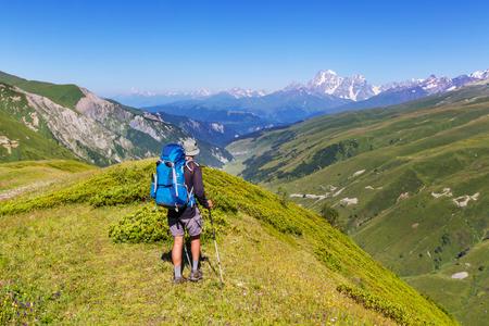 De mens wandelen in de bergen