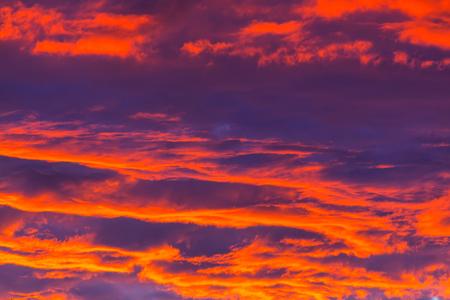 일몰 비정상적인 폭풍 구름. 하늘의 밝은 빨간색과 오렌지 색상. 배경에 적합합니다.