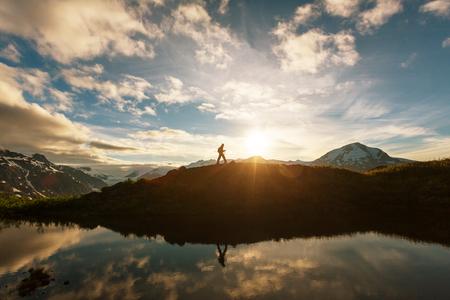 Randonnée homme dans les montagnes canadiennes. Marche est l'activité de loisirs populaire en Amérique du Nord. Il y a beaucoup de sentiers pittoresques. Banque d'images - 64927805