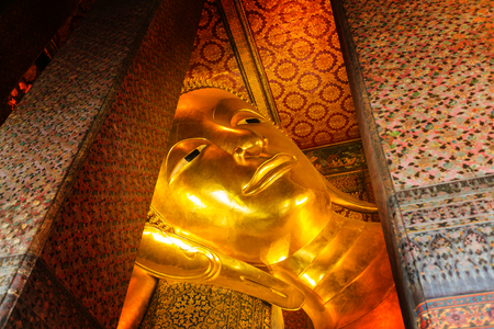 Reclining Buddha gold statue. Wat Pho, Bangkok, Thailand Imagens