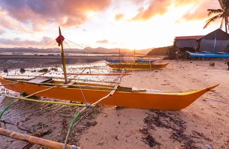 海、パラワン島、フィリピンの伝統的なフィリピンのボート 写真素材 - 75490130