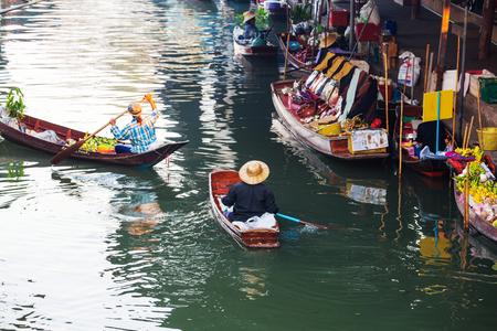 Schwimmender Markt in Thailand. Standard-Bild - 80094468