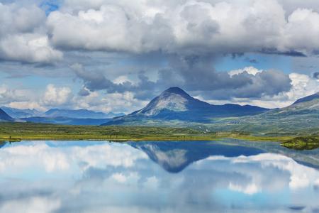 알래스카 툰드라에있는 세레 니아 호수