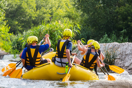Rafting team , summer extreme water sport 免版税图像