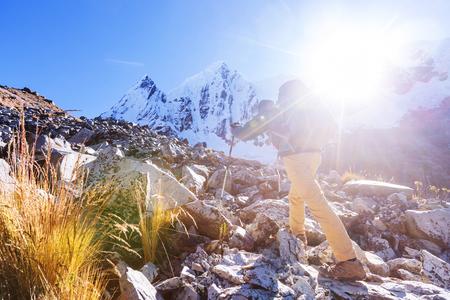 コルディレラ山脈、ペルーでハイキングのシーン