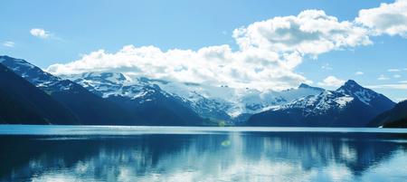 ウィスラー、BC、カナダの近くの絵のように美しいガリバルディ湖のターコイズブルーの海へのハイキング。ブリティッシュコロンビア州で非常に人