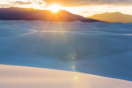 Dunes de sable blanc inhabituelles au White Sands National Monument, New Mexico, USA Banque d'images - 97962486