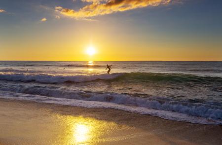 Hawaiian surf plage au coucher du soleil Banque d'images - 102011418