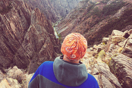 Tourist on the granite cliffs of the Black Canyon of the Gunnison, Colorado, USA Banco de Imagens