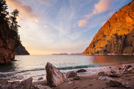 Prachtige zeekust bij zonsondergang in Turkije Stockfoto