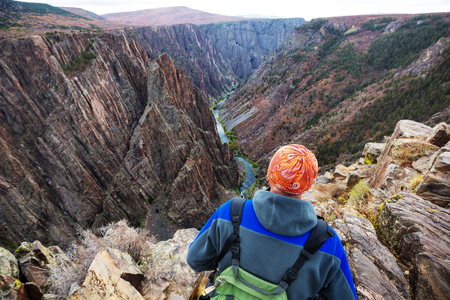 Tourist on the granite cliffs of the Black Canyon of the Gunnison, Colorado, USA Stock fotó