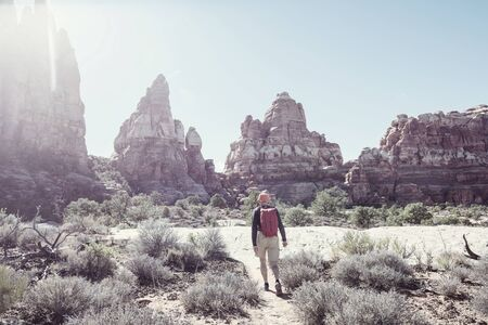 Hike in the Utah mountains. Hiking in unusual natural landscapes. Fantastic forms sandstone formations. Stockfoto