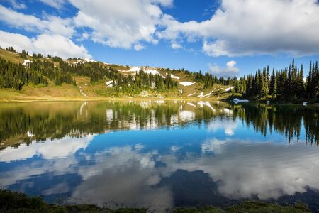 Serenity lake in the mountains in summer season. Beautiful natural landscapes. 스톡 콘텐츠 - 128870161