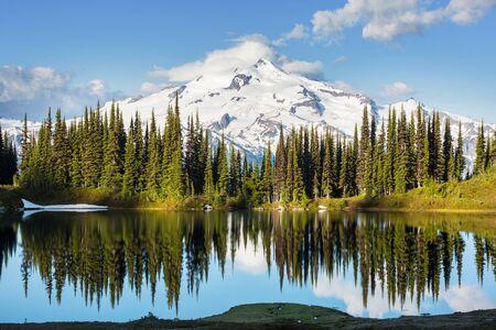 Image lake and Glacier Peak in Washington, USA 스톡 콘텐츠