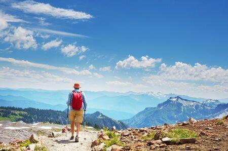 Routard en randonnée dans les montagnes d'automne